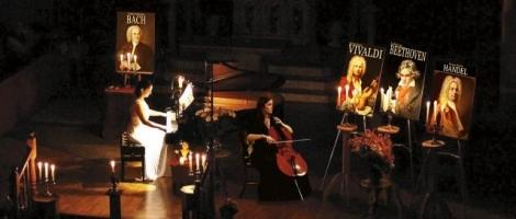 Un piano et un violoncelle à la chandelle
